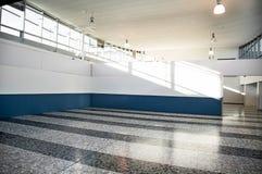 Ljus ren inre Ljus tom korridor med fönster royaltyfri fotografi