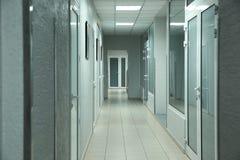 Ljus ren tom korridor i sjukhus royaltyfri foto