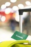 Resa resväskan på vitbakgrund. Arkivfoto