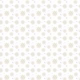 Ljus sömlös guld- modell av många snöflingor på den vita backgrouen Arkivbild