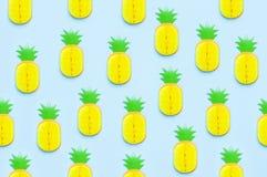 Ljus söt tropisk ananas för idérik sommarmodell av papper på utrymme för kopia för bästa sikt för blå bakgrund plant lekmanna- royaltyfri illustrationer