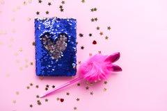 Ljus sammansättning av modetillbehör Blänka paljetter snörper, notepaden, den roliga pennan och dekorativt glitter Olika objekt p royaltyfri fotografi