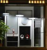 Ljus shoppar fönstret, den ledde plana ljuskronan, den ledde tabelllampan, den ledde taklampan, den nya ljusa källan Arkivbilder