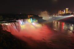 Ljus show på natten på Niagaraet Falls Arkivbild