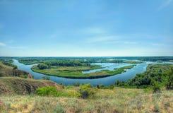 Ljus sikt för sommar på deltan av floden Vorskla från kullen Royaltyfri Fotografi