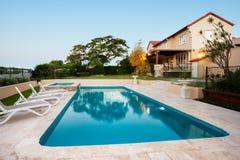 Ljus - simbassäng för blått vatten av en modern herrgård royaltyfri foto