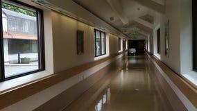 Ljus sjukhuskorridorsikt med inga personer