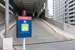 Ljus skylttaxi en enda väg till parkerat royaltyfria bilder