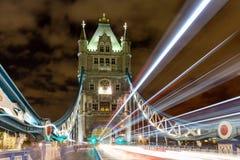 Ljus släpar tornbron i London, UK royaltyfri bild