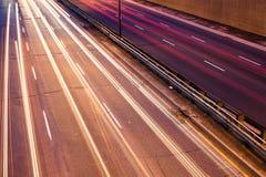 Ljus slinga på en upptagen motorway arkivfoton