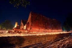 Ljus slinga runt om den forntida templet i Ayutthaya Arkivfoto