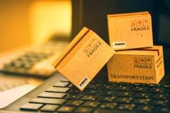 Ljus - små askar för brunt tre på ett bärbar datortangentbord En idé av t Royaltyfria Foton