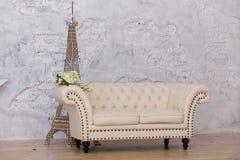 Ljus soffa i det vita rummet Royaltyfria Bilder