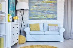 Ljus soffa i rummet arkivbilder