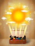 Ljus sol för sommar med moln och den turist- påsen Royaltyfria Bilder