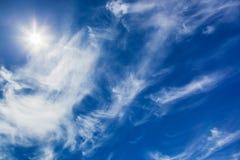 Ljus sol i blå himmel Arkivfoton