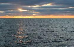 Ljus sol och havssolnedgång Royaltyfria Bilder