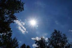 Ljus sol på en blå himmel fotografering för bildbyråer