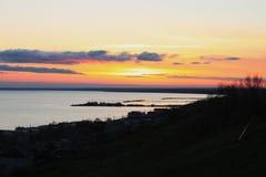 Ljus solnedg?ng med den stora gula solen under havsyttersidan fotografering för bildbyråer