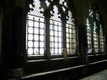 Ljus som kommer i kyrkliga abbotsklosterfönster Arkivbilder