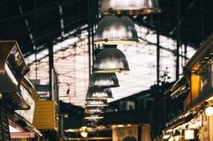 Ljus som placeras i den Boqueria marknaden arkivbild