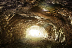 Ljus som skiner på slutet av den övergav tunnelen Royaltyfri Bild