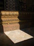 Ljus som skiner till och med en dörr av templet Royaltyfria Foton