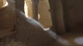 Ljus som skiner till och med ett fönster av en forntida tempel, turk, Cappadocia stock video