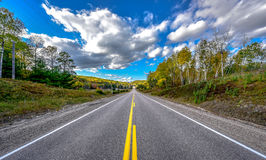 Ljus sommardag för huvudväg någonstans - på landsvägar Arkivfoto