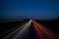 Ljus spårar på motorwayen arkivbild