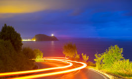 Ljus spring för bil på vägen på natten Arkivbilder