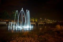 Ljus springbrunn för natt royaltyfri foto