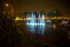 Ljus springbrunn för natt royaltyfri fotografi