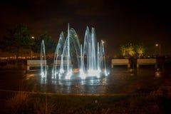 Ljus springbrunn för natt fotografering för bildbyråer