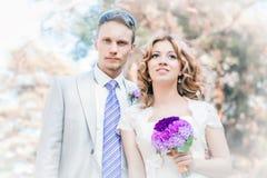 Ljus stående av bruden och brudgummen arkivbilder