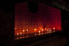 Ljus stearinljus i en kyrka royaltyfri fotografi