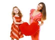 Ljus stilfull glad mamma och dotter i klänning Arkivbild