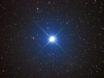 Ljus stjärna Capella i natthimmel Arkivbild