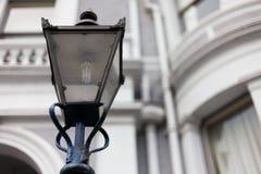 Ljus stolpe på vägen Lampa för gata för stolpe för gataljus på vägen Gjutjärngatalampa Märkes- lampstolpelampor på överkanten av Arkivbilder