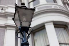 Ljus stolpe på vägen Lampa för gata för stolpe för gataljus på vägen Gjutjärngatalampa Märkes- lampstolpelampor på överkanten av Arkivbild