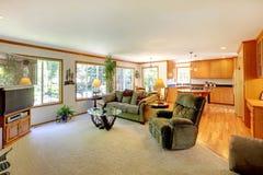 Ljus stor vardagsrum med TV arkivbilder
