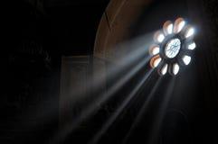 Ljus ström till och med fönster arkivfoto
