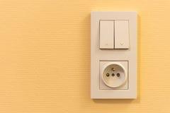 Ljus strömbrytare och hålighet på väggen Arkivfoto