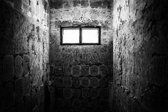 Ljus till och med fönster i gammal toalett Royaltyfri Foto