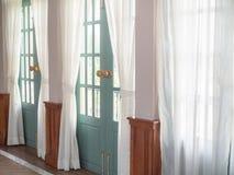 Ljus till och med se till och med den vita gardinen royaltyfria bilder