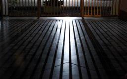 Ljus till och med staketet arkivfoton