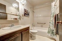 Ljus tonar badruminredesign i lägenhet Arkivfoto