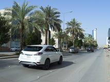 Ljus trafik på den Olaya gatan i Riyadh Arkivbilder