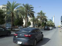 Ljus trafik på den Olaya gatan i Riyadh Royaltyfri Fotografi