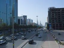 Ljus trafik på konungen Fahad Road Royaltyfria Foton